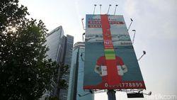 Anies Bersih-bersih Reklame Ilegal di Jakarta