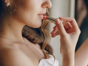Kreatif, Wanita Ini Melukis dengan Bibir yang Sudah Dipulas Lipstik Merah