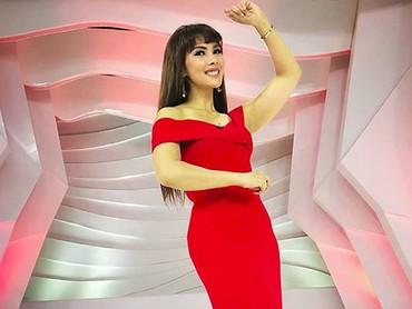 Pakai gaun warna merah dan high heels saat hamil 6 bulan, Nadia Mulya tetep seksi ya. (Foto: Instagram @nadiamulya)