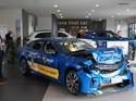 Buktikan Mobilnya Aman, Mobil Ringsek Dipajang Diler