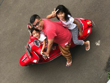Walau sibuk, Ayah Abdel selalu meluangkan waktu dengan anak-anaknya. Patut dicontoh! (Foto: Instagram/abdelachrian)