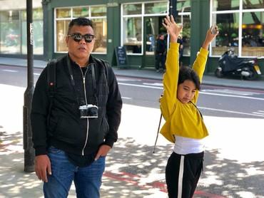 Buktinya bisa diihat dari gaya foto ayah-anak ini. Absurd kan, Bun, he-he-he. (Foto: Instagram/abdelachrian)