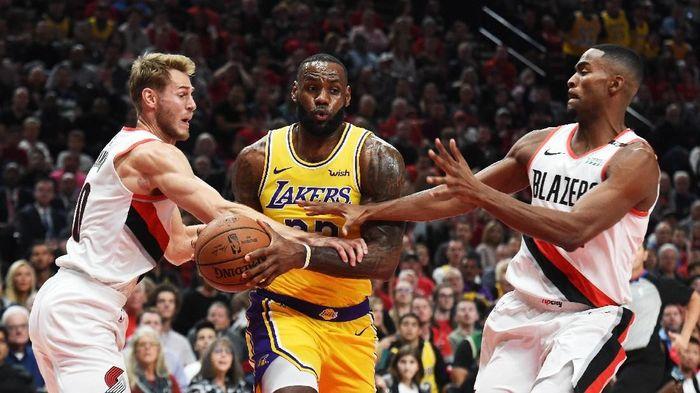 Laga debut LeBron James bersama LA Lakers berakhir dengan kekalahan. (Foto: Steve Dykes/Getty Images)