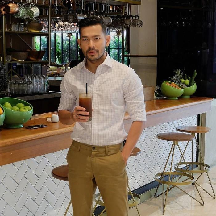 Pemilik nama lengkap Rian Ibram Ritonga bukanlah presenter baru, ia sudah memulai debut karirnya sejak 2006. Kini ia sibuk membawakan acara Insert yang tayang di Trans TV. Foto: instagram Rian Ibram