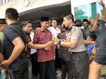 Jokowi Salat Jumat di Masjid Nurul Huda Bali