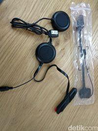 earphone dan mic yang diinstall di dalam helm.