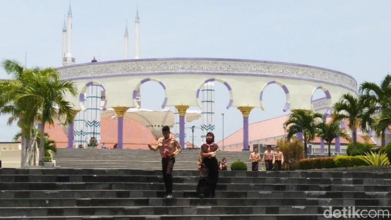 Kecewanya Siswa-siswa Gagal Ketemu Jokowi di Masjid Agung Jateng