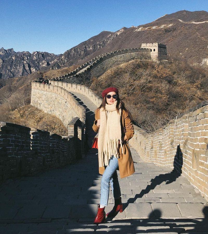 Inilah Kelsey Merritt, ia sering traveling ke berbagai negara salah satunya mengunjungi tembok besar China (kelseymerritt/Instagram)