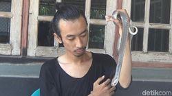 Pemuda di Jombang Punya Hobi Menantang, Pelihara Ular Kobra