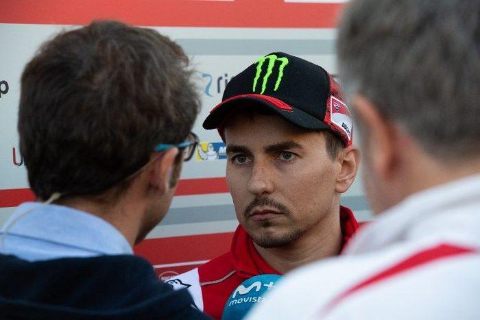 Jorge Lorenzo ragu bisa balapan di MotoGP Australia. (Foto: Martin Bureau/AFP Photo)