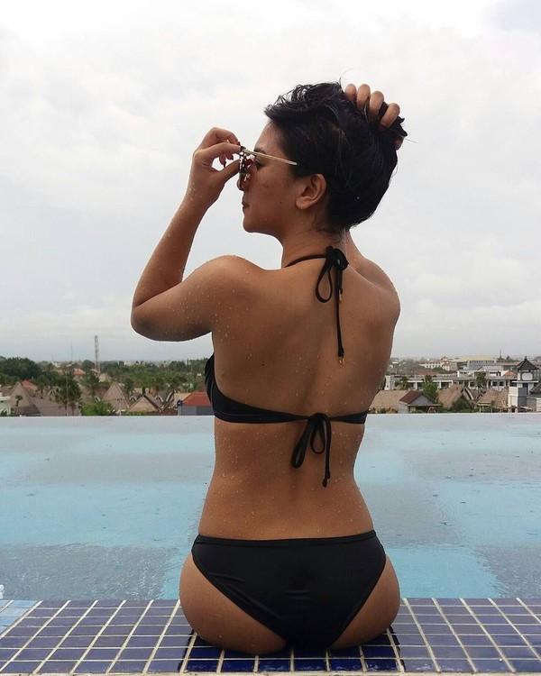 Tak usah dari depan, difoto dari belakang saja Siva tetap cantik. Ini saat dia liburan di Trans Studio Suites Leisure Seminyak Bali (sivaapriliareal/Instagram)
