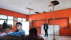 Pak Bupati Tolong, Atap Ruang Kelas SD di Bandung Ini Hampir Ambruk