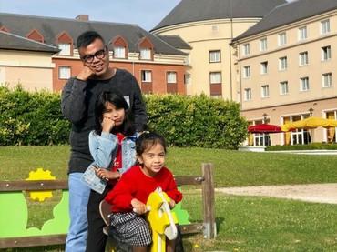 Gaya kocak lain Abdel dengan putri-putrinya. (Foto: Instagram/abdelachrian)