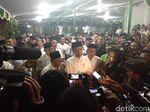 Kunjungi PP Girikusumo, Jokowi Diberi Tongkat Milik Pengasuh