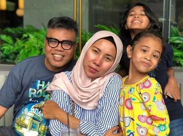 Menikah 10 tahun lebih, Abdel dan Ria dikaruniai 2 putri yang manis-manis, Latisha dan Delisha. (Foto: Instagram/abdelachrian)