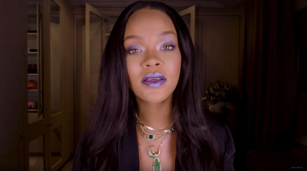Nggak Cuma di Wajah, Rihanna Pakai Highlighter Sampai Kuping