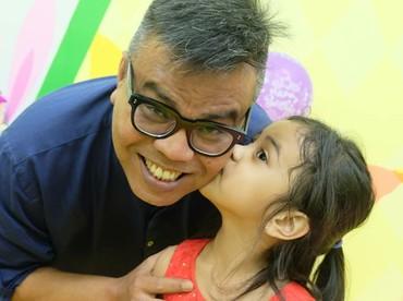 Abdel yang juga stand up comedian, sepertinya punya model humor yang sama dengan putri-putrinya. (Foto: Instagram/abdelachrian)