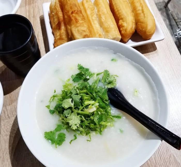 Paling sederhana, bubur beras putih dimasak kental dengan kaldu. Ditaburi daun bawang cincang dan disantap dengan cakue. Foto: Instagram @melhara