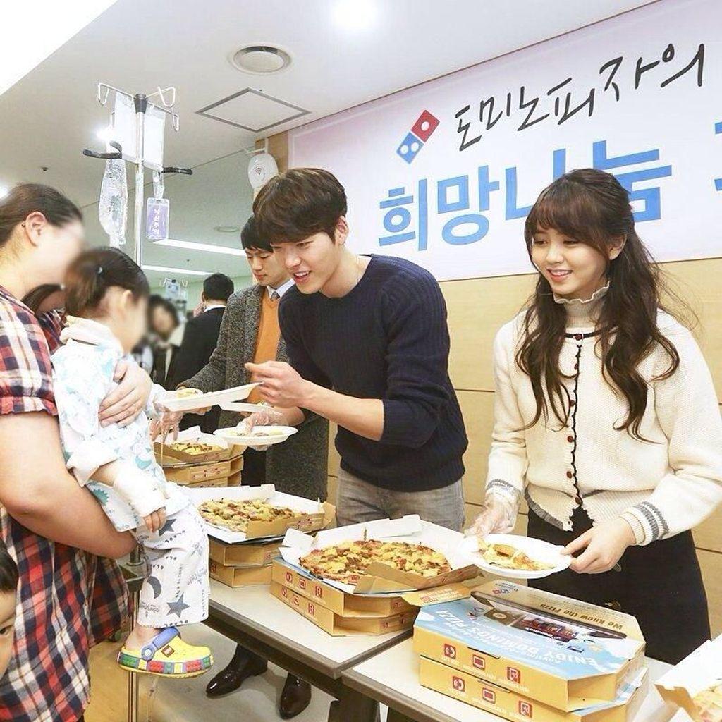 Gantengnya Kim Woo Bin Saat Berpose dengan Makanan