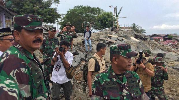 Rombongan meninjau daerah terkena likuifaksi di Petobo