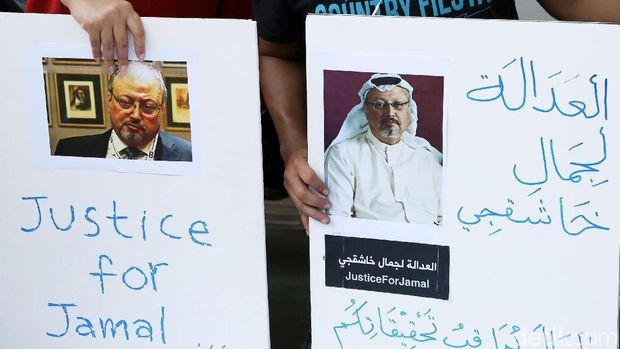 Sejumlah jurnalis menggelar aksi solidaritas di depan Kedubes Arab Saudi di Jakarta. Mereka menuntut kejelasan atas hilangnya jurnalis senior Arab tersebut.