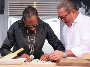 Snoop Dogg Ternyata Handal Menggulung Sushi Seperti Sushi Chef