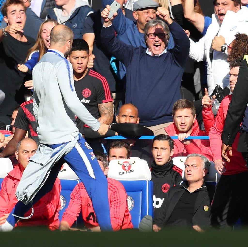 Mourinho Mencak-Mencak di Tepi Lapangan, Sarri Akui Stafnya Salah