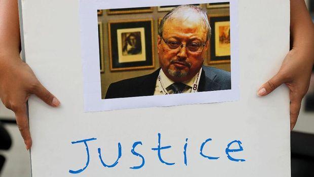 Pendemo membawa foto Khashoggi, di depan Kedubes Arab Saudi di Jakarta, belum lama ini.