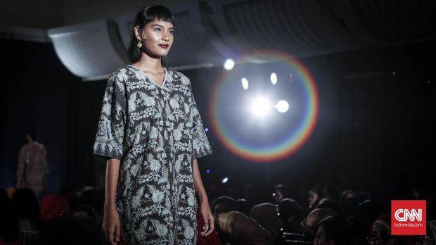 Model memeragakan busana rancangan Oscar Lawalata di Plaza Mandiri, Jakarta.