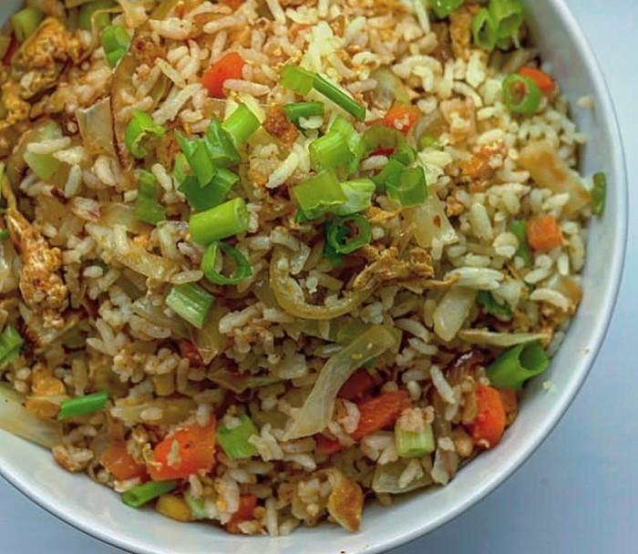 Paduan sayuran cincang dan telur dan sedikit bumbu bisa jadi nasi goreng gurih enak ini. Foto : Instagram @onesillymummy