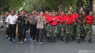 Saat Polisi Bersama TNI Mengarak Api Abadi di Hari Jadi Bojonegoro