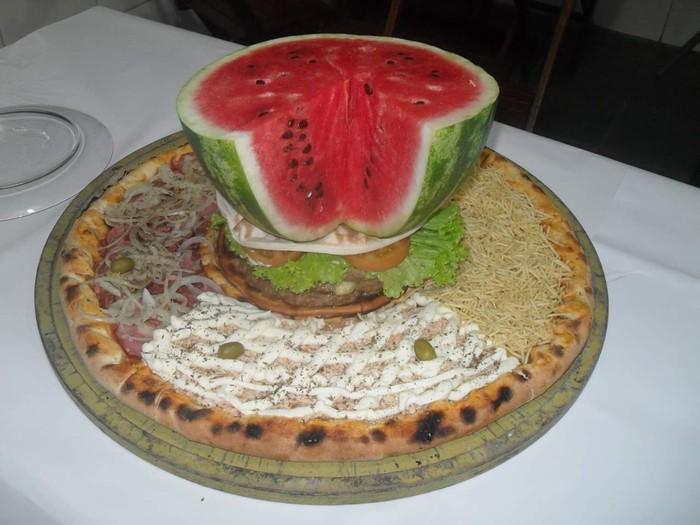 Gerai pizza bernama Pizzaria Bate Papo, Sao Paulo, Brazil, memang sengaja meletakkan berbagai macam makanan di bagian tengah pizza. Sehingga tampilan pizzanya jadi terlihat sangat unik. Foto: Facebook pizzariabatepapo