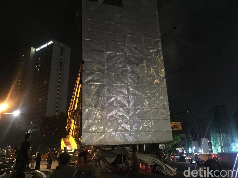 Foto: Pemprov DKI Copot Reklame Langgar Aturan di Rasuna Said