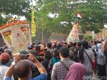 Gunungan Berisi 10 Ribu Bakpia Ludes Diperebutkan di Yogyakarta