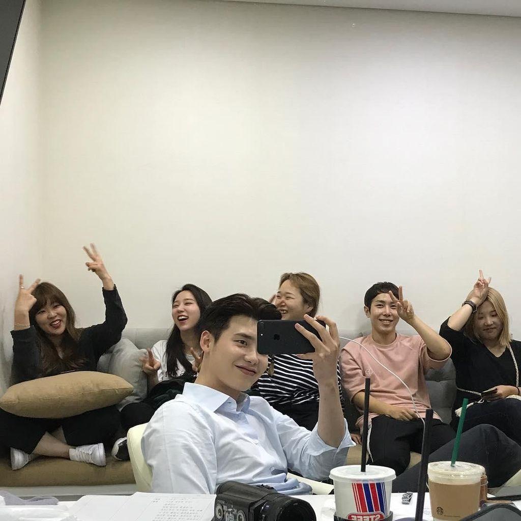 Manisnya Lee Jong Suk Saat Makan Es Krim dan Racik Kopi