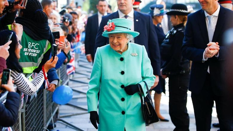 BRACKNELL , ENGLAND - OCTOBER 19: Britains Queen Elizabeth II visits The Lexicon shopping centre during a visit to Bracknell on October 19, 2018 in Bracknell, England. (Photo by Henry Nicholls - WPA Pool/Getty Images)