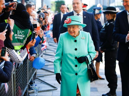 Foto: Momen Ratu Elizabeth Bikin Heboh, Saat Belanja Sendiri di Mal