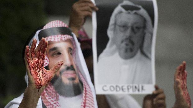 Demonstran berperan sebagai Mohammed bin Salman dengan darah berlumuran di tangannya, di depan kedubes Arab Saudi di Washington, AS, 8 October.