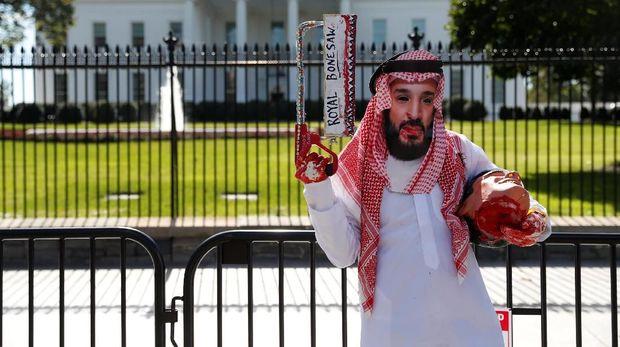 Unjuk rasa mengecam putera mahkota Saudi, pangeran Mohammed bin Salman, di depan Gedung Putih, AS, 19 Oktober.