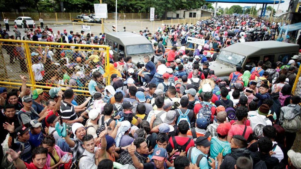 Ratusan Migran  Bentrok dengan Petugas, Memaksa Masuk Meksiko
