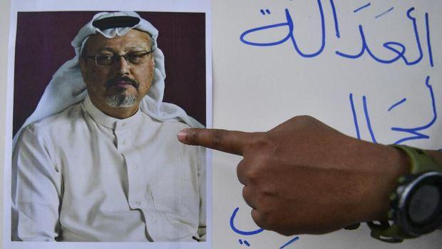 Jurnalis menunjukkanfoto wartawan Arab Saudi Jamal Khashoggi yang diduga dibunuh di Istanbul, dalam demo di depan Kedutaan Besar Arab Saudi, Jakarta, Jumat (19/10).