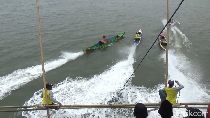 Foto: Seru! Balapan Perahu Nelayan Tradisional Maros