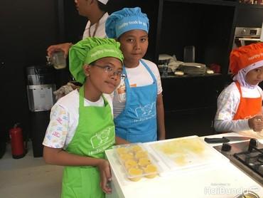 Dengan jadi chef sehari, anak-anak mengaku jadi tahu gimana caranya memasak dan gimana serunya bikin puding sendiri. Seperti yang disampaikan Radit dan Dicky, siswa SDN 4 Kebagusan ini.