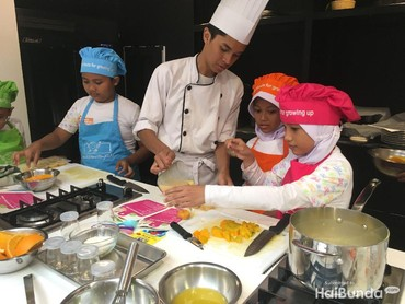 Tenang, Bun. Chef cilik ini juga dipandu oleh kakak-kakak chef dari Association of Culinary Professionals Indonesia (ACPI) kok. Jadi proses masaknya aman deh.