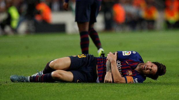 Lionel Messi cedera lengan saat Barcelona lawan Sevilla.