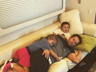 Saat anak-anaknya menyambangi Mark Wahlberg di lokasi syuting. Menggemaskan banget! (Foto: Instagram @byrheawahlberg)