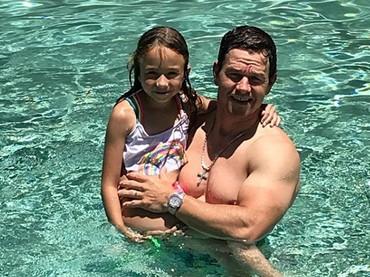 Bersama si kecil Grace. Asyik banget nih lagi berenang. (Foto: Instagram @byrheawahlberg)