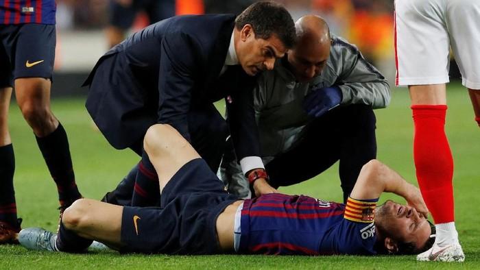 Lionel Messi cedera di laga Barcelona vs Sevilla. (Foto: Albert Gea/Reuters)
