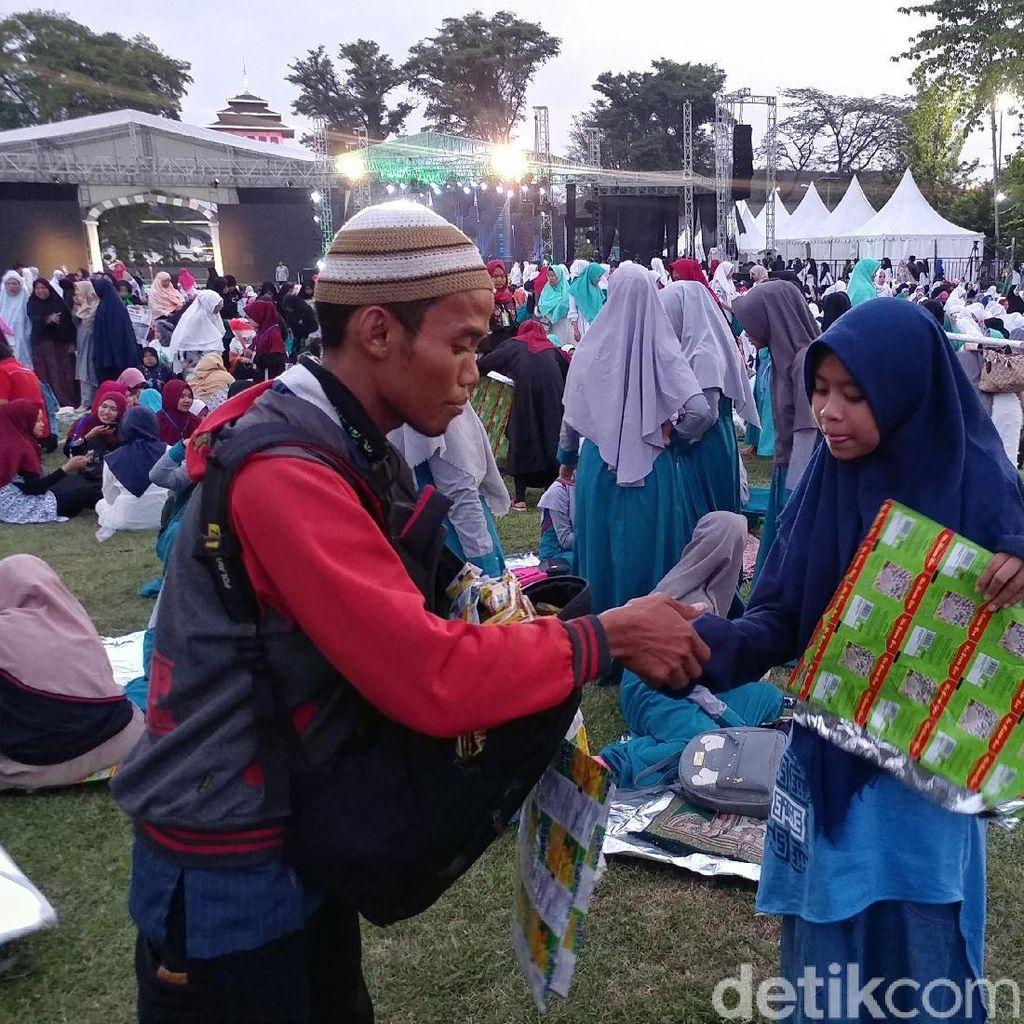 Penjual Sajadah Plastik Jadi Primadona di Puncak Hari Santri Nasional