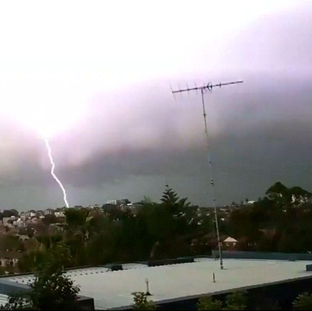 Ngeri! Badai Petir Melanda Australia
